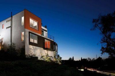Außenansicht von einem Haus bei Nacht