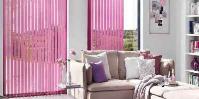 Wohnzimmer mit Pinken Vertikaljalousie