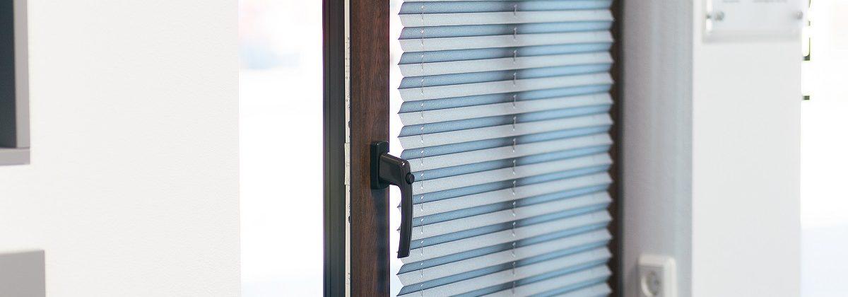 Geöffnetes Fenster mit einem Plissee