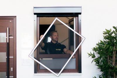 Montierung eines Spannrahmens am Fenster