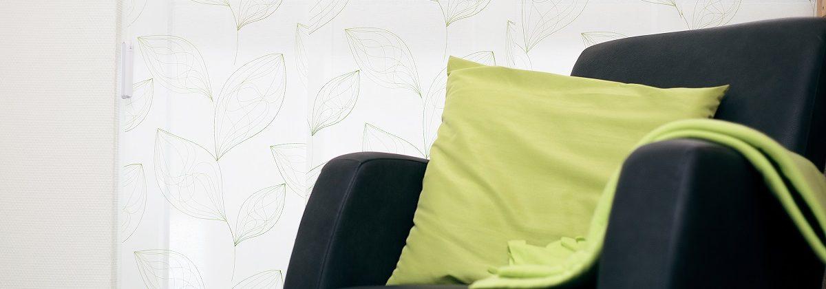 Schwarzes Sofa mit grünem Kissen